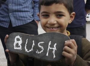 61144_seorang_bocah_palestina_di_kota_gaza_perlihatkan_sebuah_alas_sepatu_thumb_300_2251